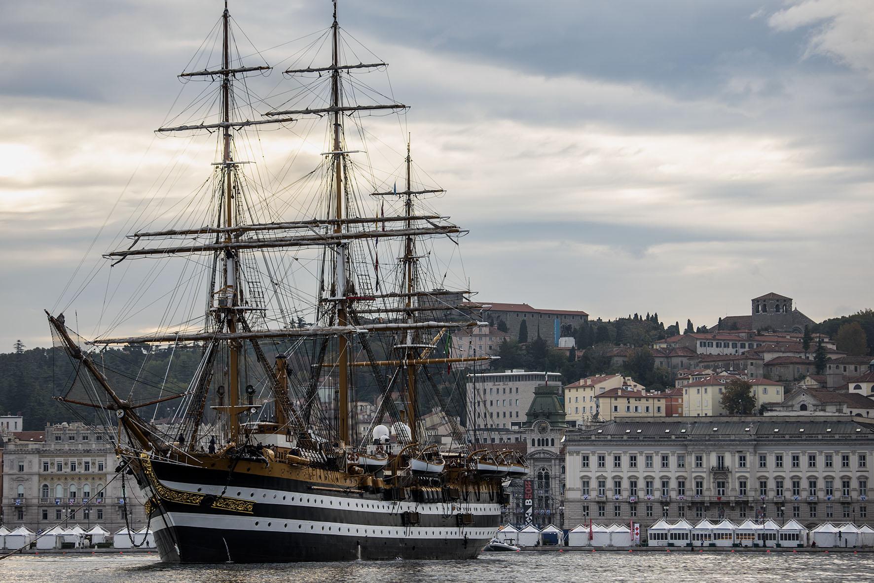 Oltre 21000 persone a bordo di nave Amerigo Vespucci a Trieste durante la  Barcolana